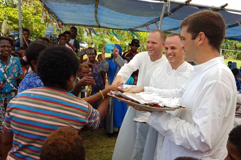 Los padres Tomás Ravaioli, Miguel de la Calle y Martín Prado integrantes de la misión en Nueva Guinea