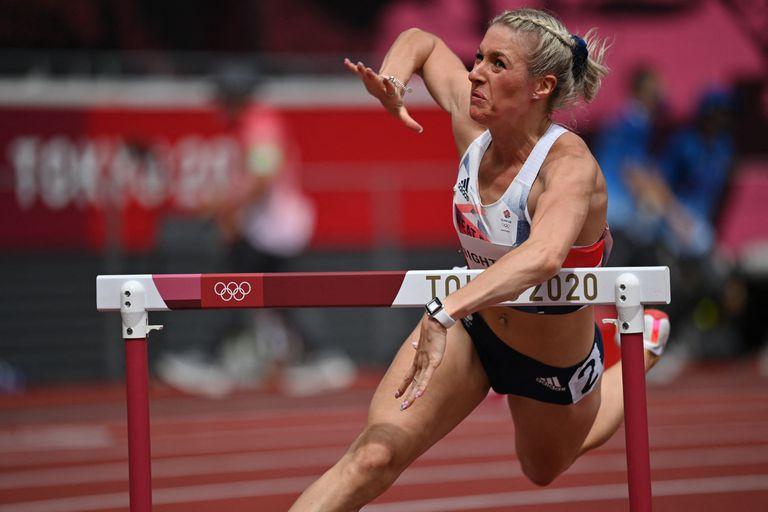 La británica Jessie Knight cae durante las eliminatorias femeninas de 400 metros con vallas..