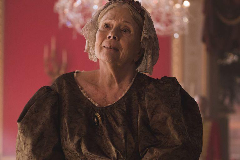 La legendaria Diana Rigg le hace justicia a su fama interpretando a grandes damas de la nobleza. Fue la reina Oleana Tyrell en Game of Thrones y la duquesa de Buccleuch en Victoria