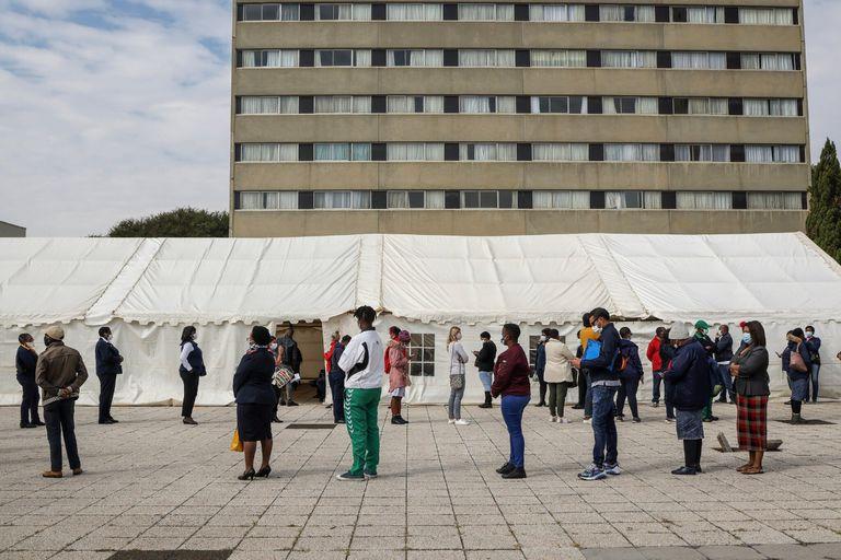 Trabajadores sanitarios aguardan para ingresar a un centro de vacunación en el Charlotte Maxeke Johannesburg Academic Hospital, la semana pasada en Johannesburgo, Sudáfrica