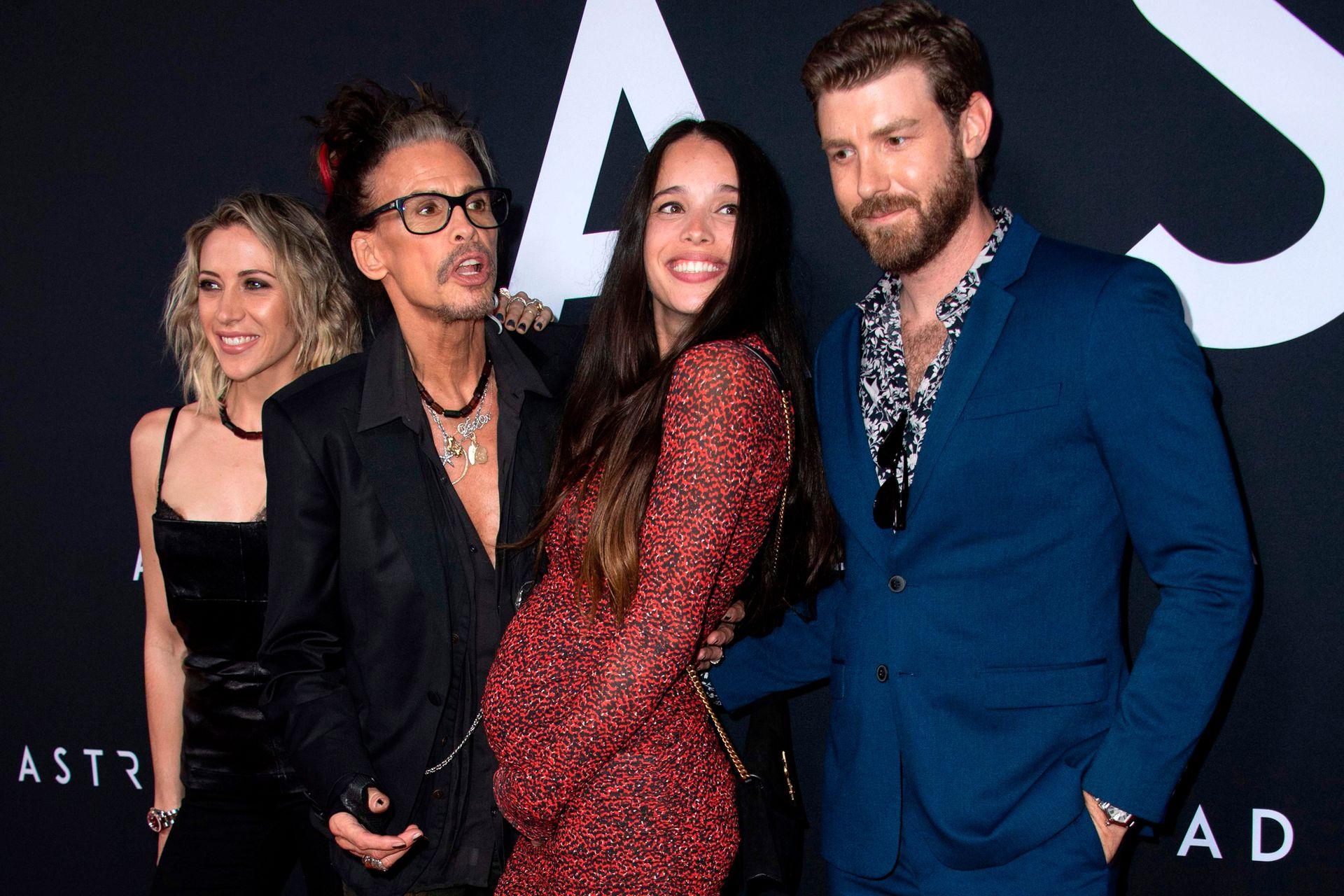 Cita doble:el cantante de Aerosmith, Steven Tyler, asistió al estreno para invitados de Ad Astra en Los Angeles junto a su esposa, Aimee Preston; en la red carpet, posó junto a su hija, Chelsea, y su yerno, el actor Jon Foster