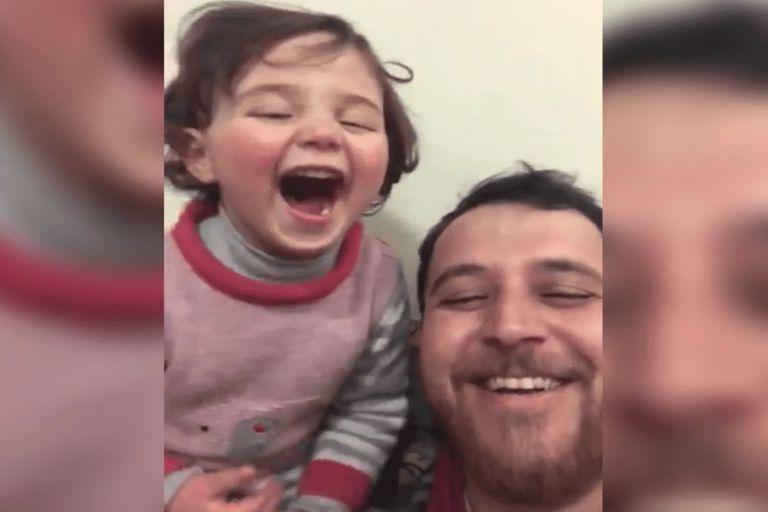 Un padre le hace creer a su hija que las bombas son parte de un juego