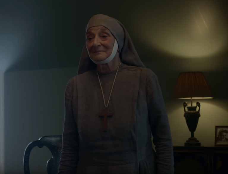 "Alicia de Battenberg, personificada en una escena de la serie ""The Crown"", de Netflix."