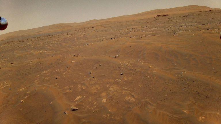 10-06-2021 Esta imagen mirando hacia el oeste, hacia la unidad geológica Séítah en Marte, fue tomada desde una altura de 10 metros (33 pies) por el helicóptero Ingenuity Mars de la NASA durante su sexto vuelo, el 22 de mayo de 2021. POLITICA INVESTIGACIÓN Y TECNOLOGÍA NASA/JPL-CALTECH