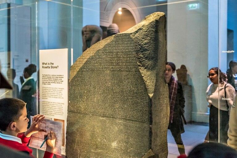 La piedra Rosetta, ahora bajo riguroso estudio de su procedencia, se exhibe en el Museo Británico