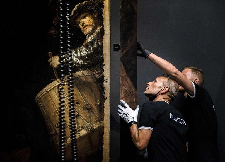 El momento en que agregan el marco a la reconstrucción de la obra maestra del pintor holandés