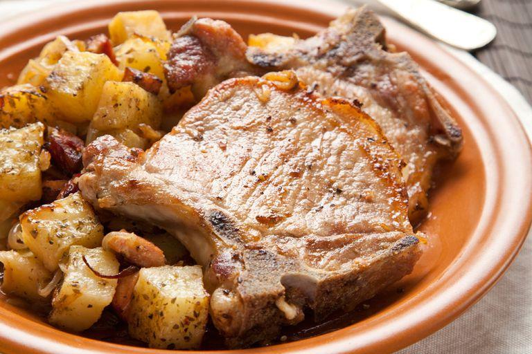 Costillitas de cerdo con papas y cebolla
