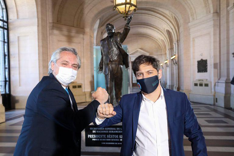 Alberto Fernández y Axel Kicillof, frente a la estatua de Néstor Kirchner en el CCK