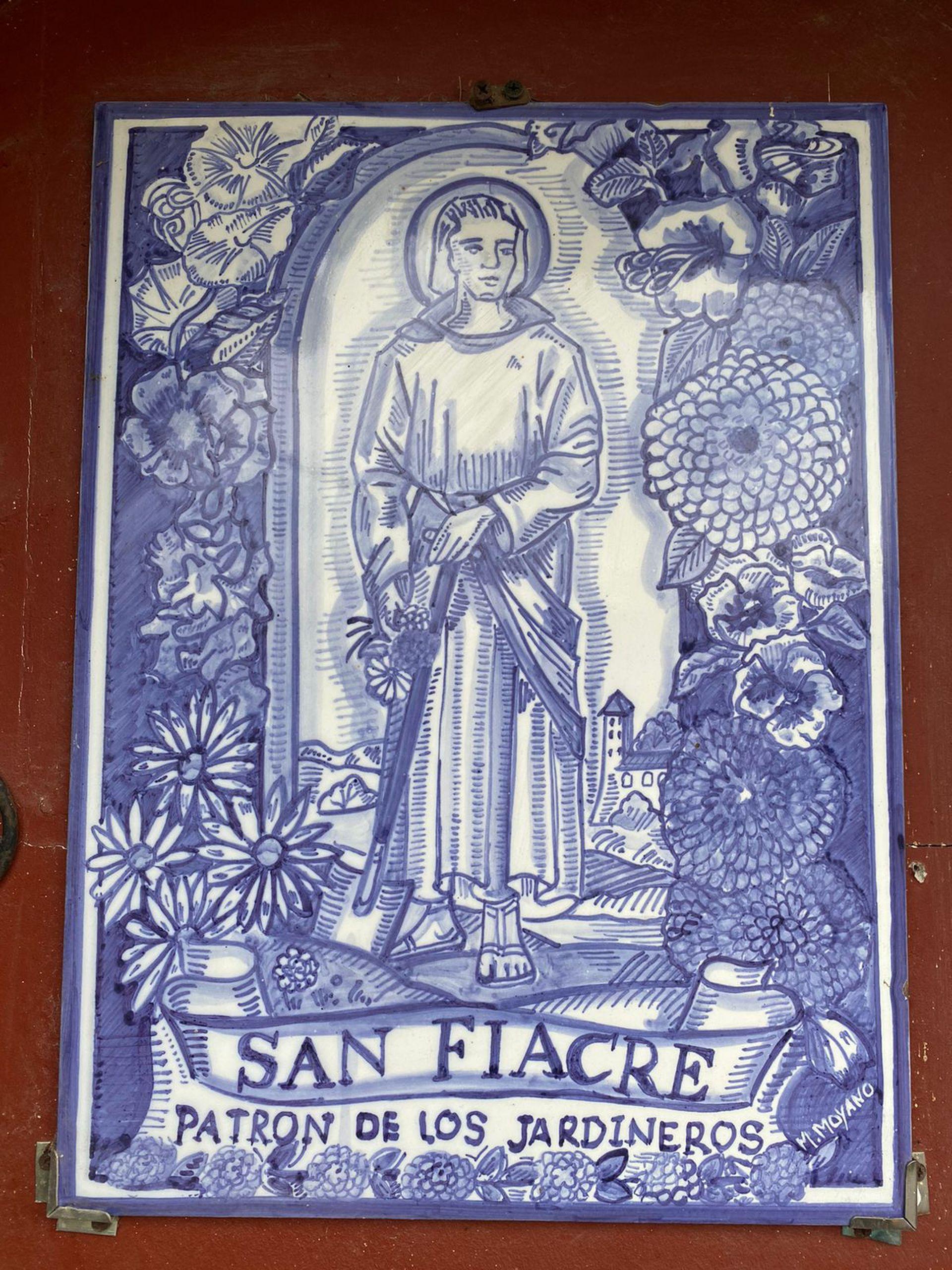 Muchos amantes de la jardinería le rinden homenaje a San Fiacre en sus jardines con mosaicos o estatuillas. En este caso, se trata de una cerámica pintada que atesora la jardinera y paisajista Sofía Diharce.