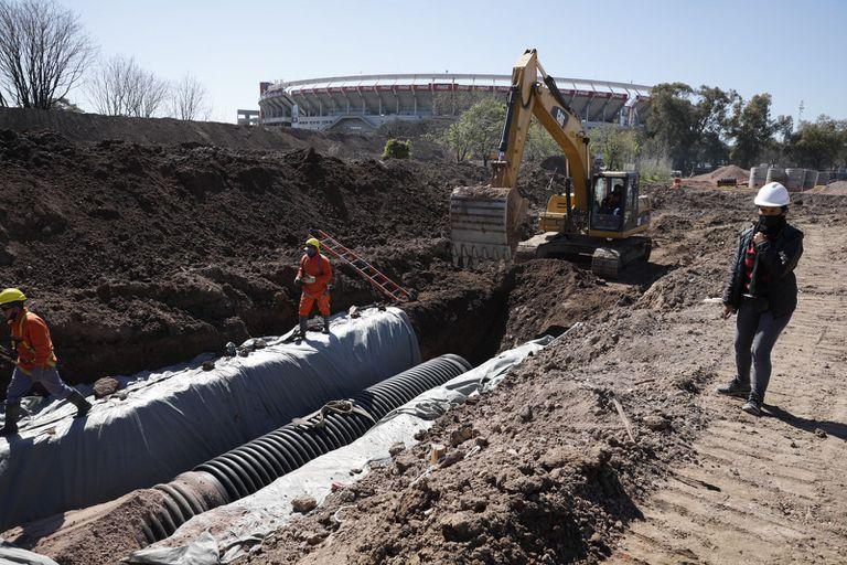 Instalar la infraestructura de servicios forma parte de los trabajos en la primera etapa de la obra del Parque de la Innovación en el predio del ex Tiro Federal, en Núñez