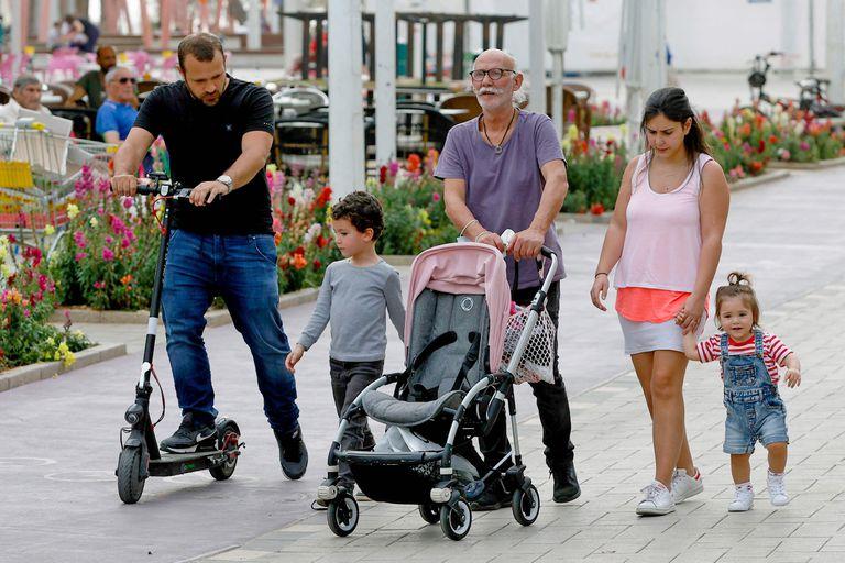 Una familia camina sin barbijos en la ciudad costera de Netanya