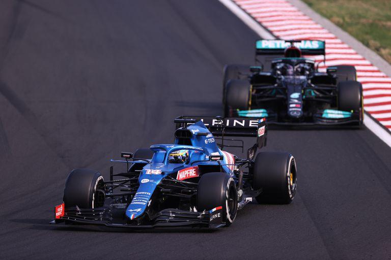 Batalla entre campeones: Fernando Alonso y Lewis Hamilton sostuvieron una batalla estratégica durante diez giros en el Gran Premio de Hungría; el español, con 40 años, brilló para el equipo Alpine