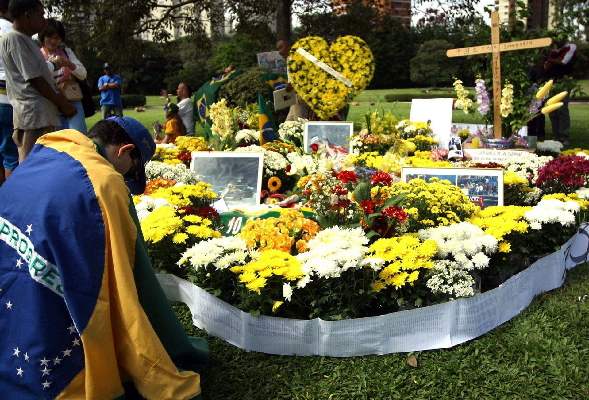 La tumba de Ayrton Senna en San Pablo: constantemente con flores de sus fanáticos