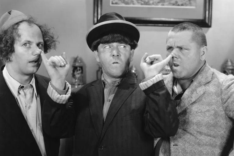 Larry a la izquierda, Curly a la derecha, Moe en el centro