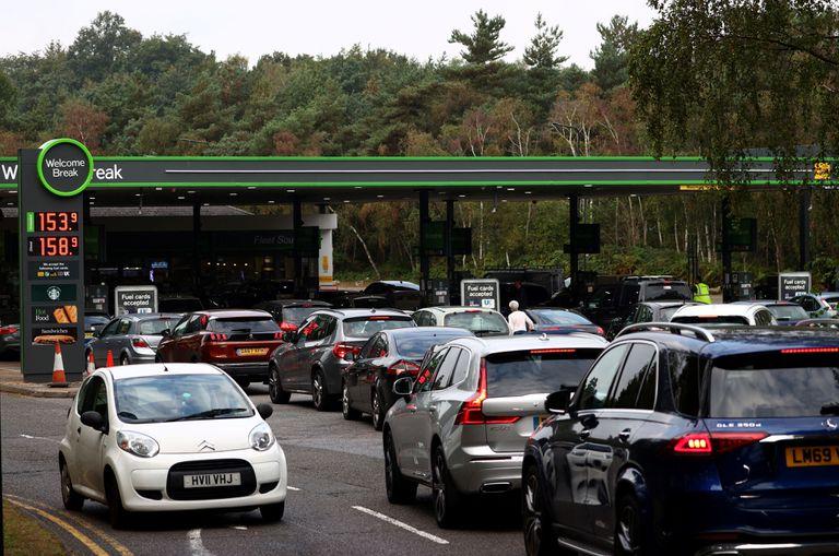 Los automovilistas hacen cola para obtener gasolina y combustible diésel en una estación de servicio junto a la autopista M3 en Londres
