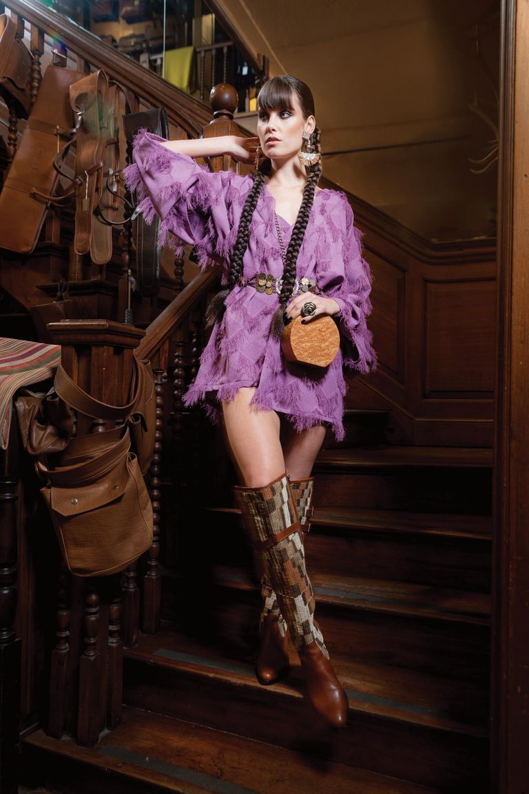 Milagros: kimono rústico, con hilos de seda [Anushka Elliot]. Rastra con monedas [Bimba Vintage]. Bucaneras de chaguar y cuero [Santesteban]. Bandolera de madera y pendientes con plumas [Flâneur]. Anillo [La Cueva Accesorios]