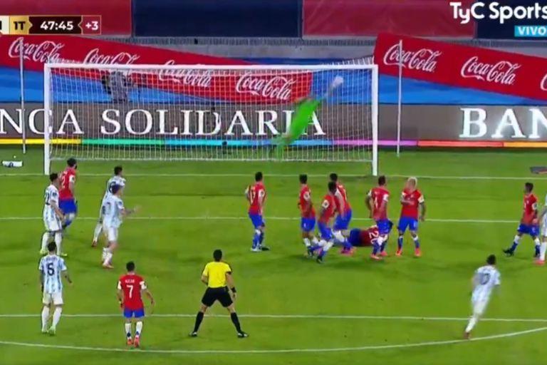La volada de Bravo para sacarle el tiro libre a Messi