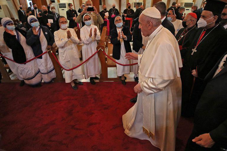 El Papa Francisco saluda a monjas y clérigos a su llegada a la Catedral siriocatólica de Nuestra Señora de la Salvación