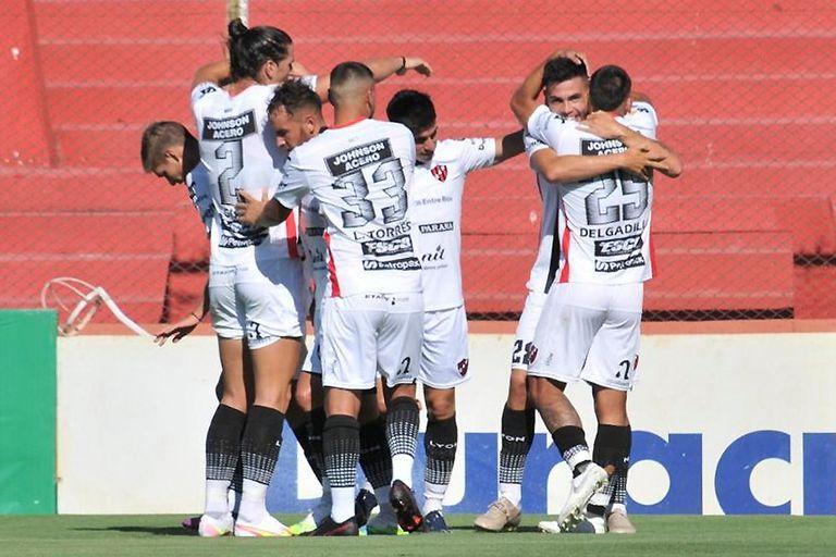 Jugadores de Patronato festejan el gol de Gustavo Canto contra Unión de Santa Fe.