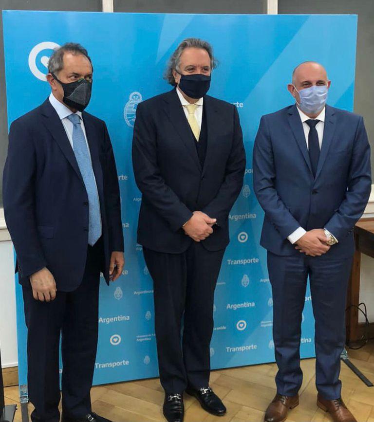 Ministro Alexis Guerrera, junto a Joao Acacio de la empresa DTA y el embajador Daniel Scioli.