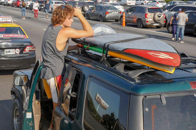 A comienzos de la cuarentena del año pasado, el surfer Federico Llamas fue detenido cuando volvía de Brasil y escoltado a su domicilio, pero luego se fugó a Ostende; su caso fue elevado a juicio oral