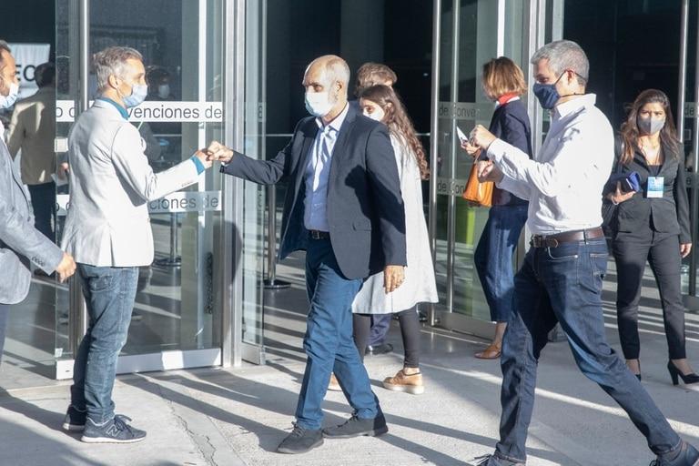 Horacio Rodríguez Larreta saluda a Fernando De Andreis al llegar a la presentación de Macri