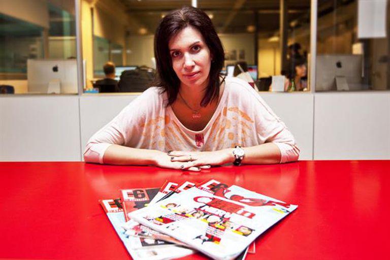 Samanta Farjat en su la redacción de la revista El Guardián, en la que publica su columna