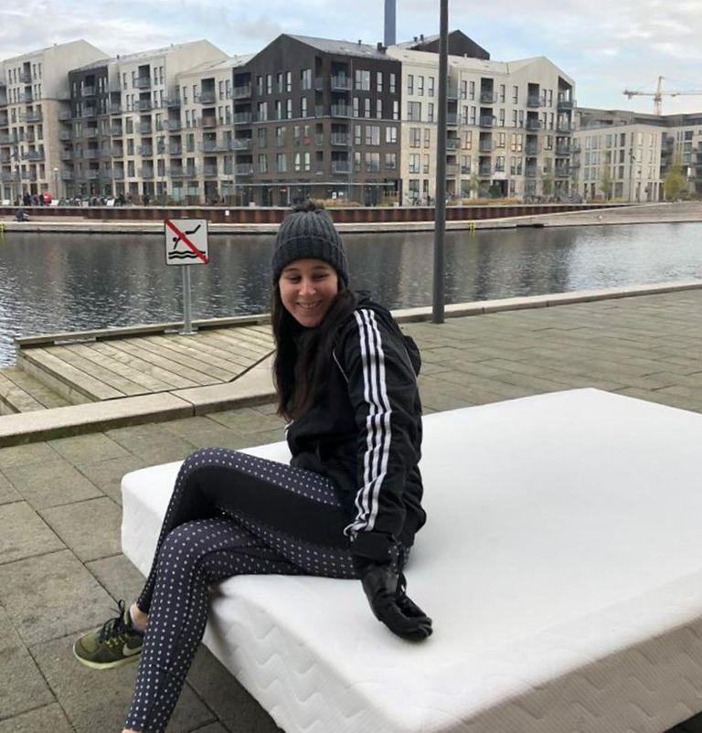 """Cecilia Castillo y su novio equiparon su departamento de Copenhague con muebles que la gente dejó en la calle o les regaló; """"solo compré las cortinas"""", cuenta la argentina"""