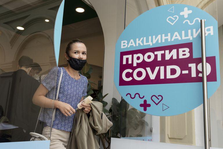 Una mujer sale de un centro de vacunación después de recibir una inyección de la vacuna rusa Sputnik V en una tienda adyacente a la Plaza Roja de Moscú