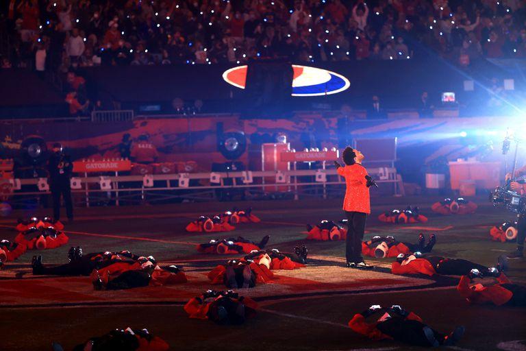 The Weeknd durante el espectáculo de medio tiempo del juego de fútbol americano Super Bowl 55