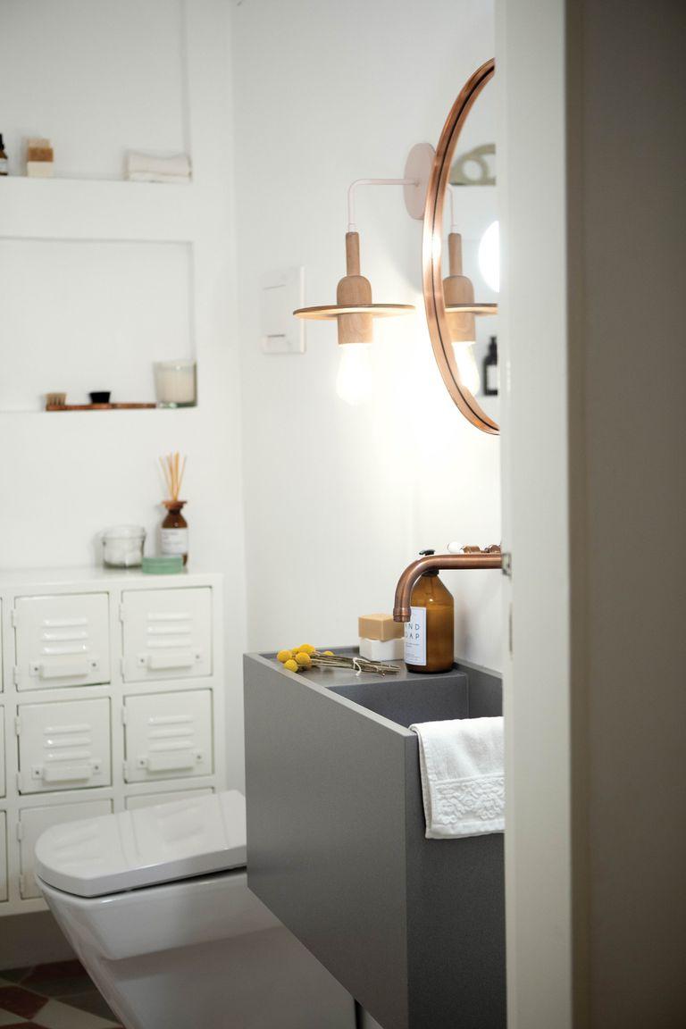 No hay rincón sin detalles. En el baño, espejo redondo (Ketha), bacha de silestone gris (Ziuk Studio) y grifería de cobre (Robinet).