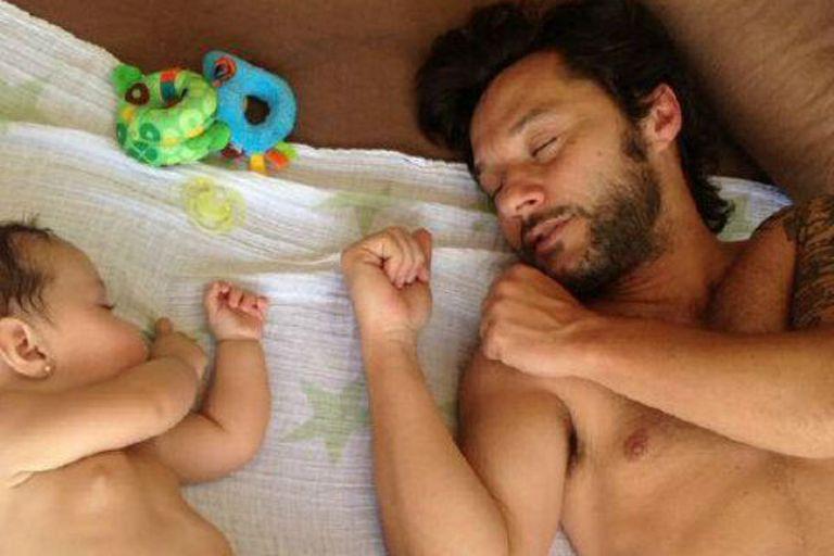 Diego Torres toma una siesta con Nina; Débora Bello, la mamá orgullosa, fue la que tomó la foto y la subió a Twitter