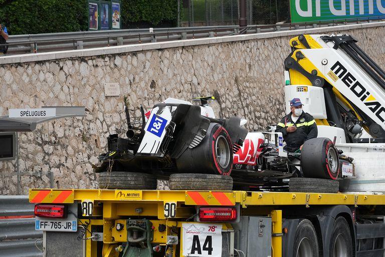 22 de mayo de 2021, Mónaco, Monaco-Ville: una grúa transporta el coche del piloto alemán de F1 Mick Schumacher del Haas F1 Team tras un accidente durante la tercera práctica libre del Gran Premio de Mónaco de Fórmula Uno de 2021.