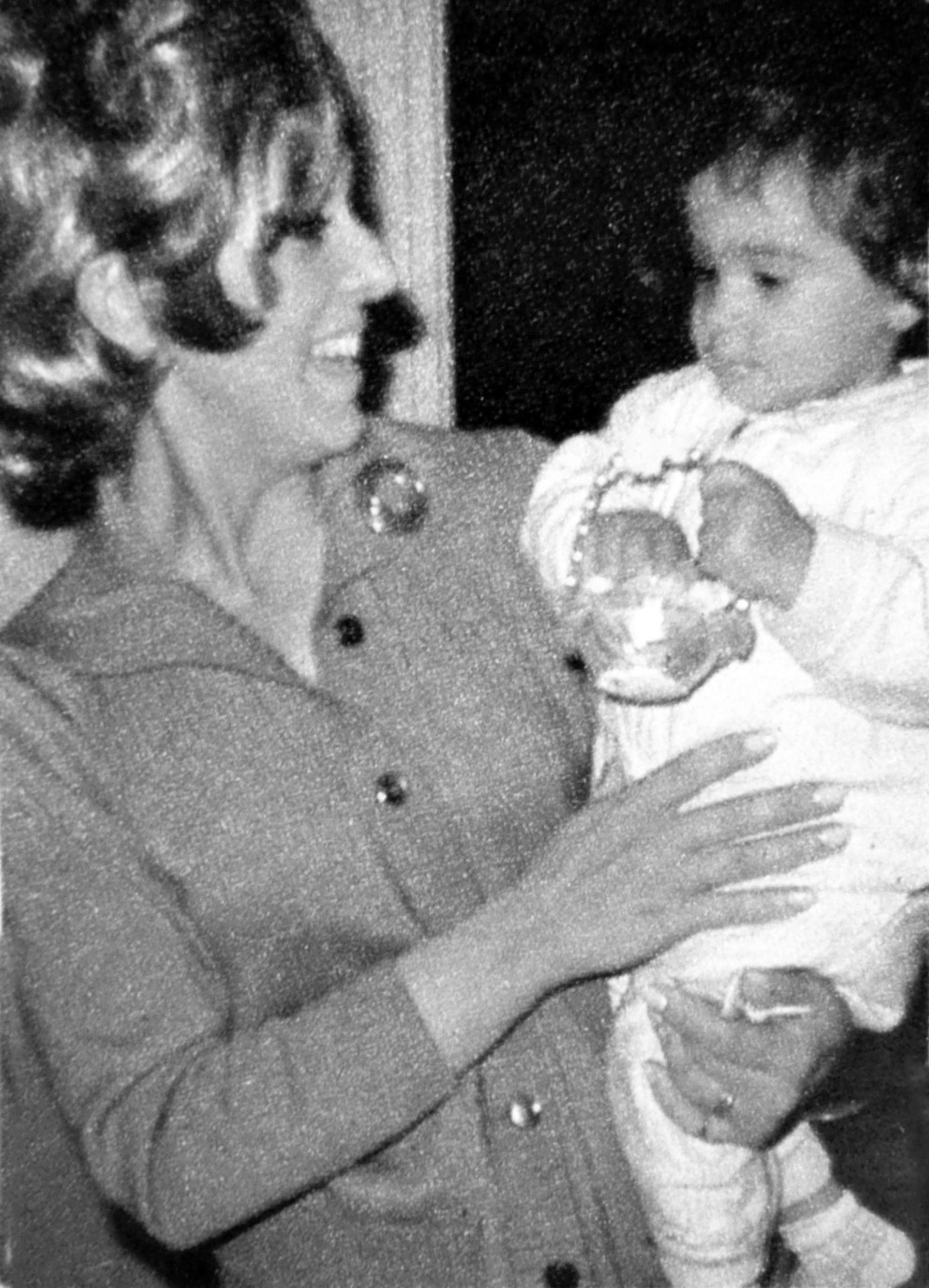 1) Gaby, en diciembre de 1970, con apenas ocho meses, en brazos de su mamá, Beatriz Garófalo.