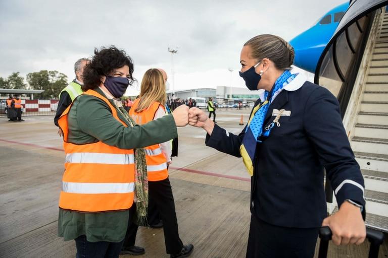Carla Vizzotti, en Ezeiza, recibe a la tripulación que trajo de Rusia un cargamento de Sputnik V