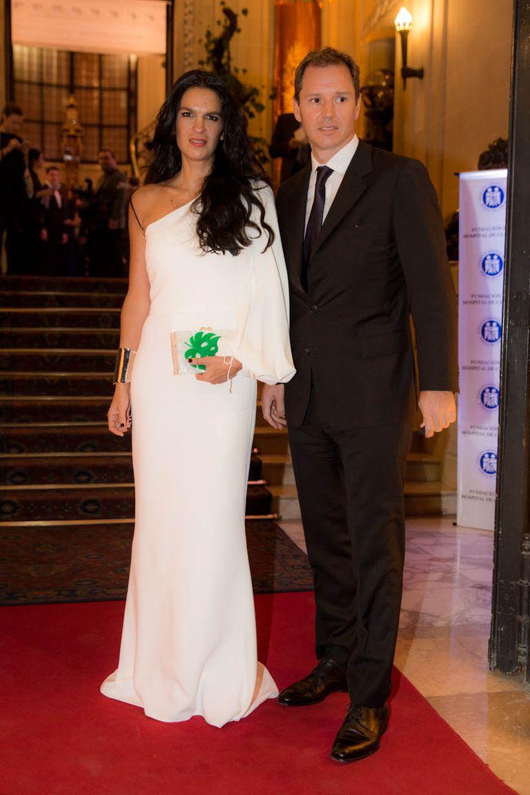 Gabriela Vaca Guzmán -con un vestido de un sólo hombro de Stella McCartney- y su marido, Jorge Brito