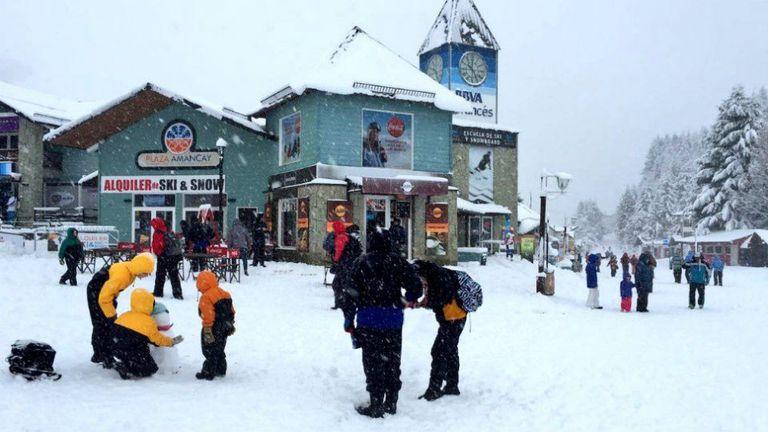 La primera nevada en la ciudad de San Carlos de Bariloche sumó nieve en los cerros