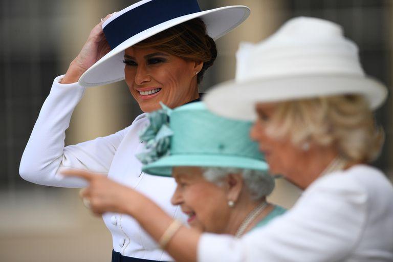 La reina británica Isabel II, Camilla, duquesa de Cornualles y la primera dama de los EE. UU. Melania Trump durante la ceremonia de bienvenida en el Palacio de Buckingham