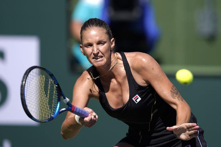 La checa Karolina Pliskova devuelve un disparo de la polaca Magdalena Frech, en el torneo de Indian Wells, el sábado 9 de octubre de 2021 (AP Foto/Mark J. Terrill)