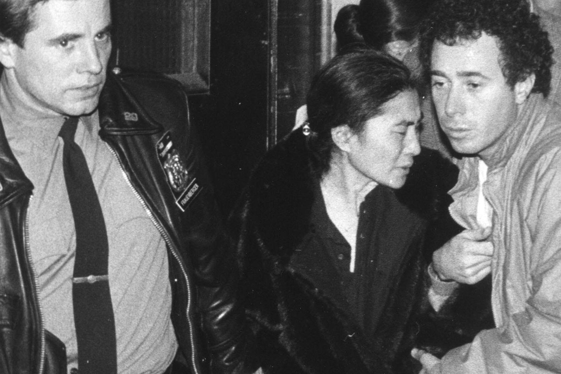 Yoko Ono, a la salida del Hospital Roosevelt