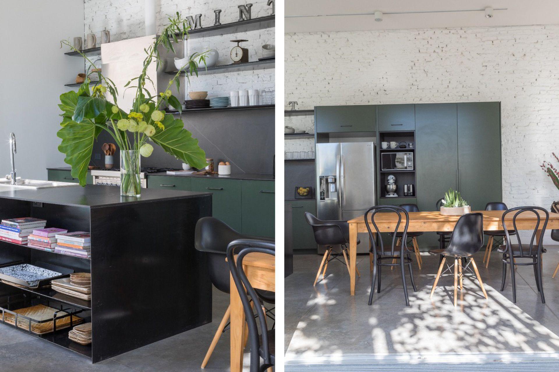 El extremo de la isla tiene estantes para tener a mano libros de cocina, individuales y tablas de madera. Mesa de comedor (Net Muebles) con sillas Thonet restauradas. Centro de mesa de suculentas (Fête).
