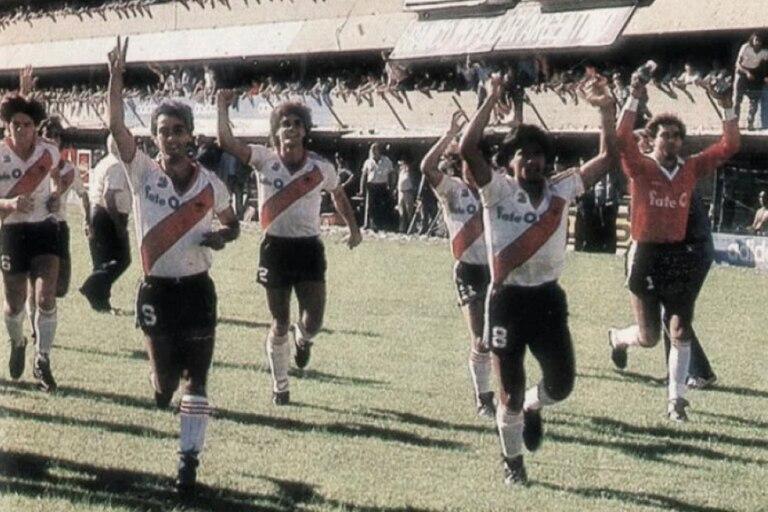 El River del 1986, cuando dio la vuelta olímpica en La Bombonera antes de comenzar el partido que ganó 2-0 con dos goles de Alonso, el primero con la recordada pelota naranja