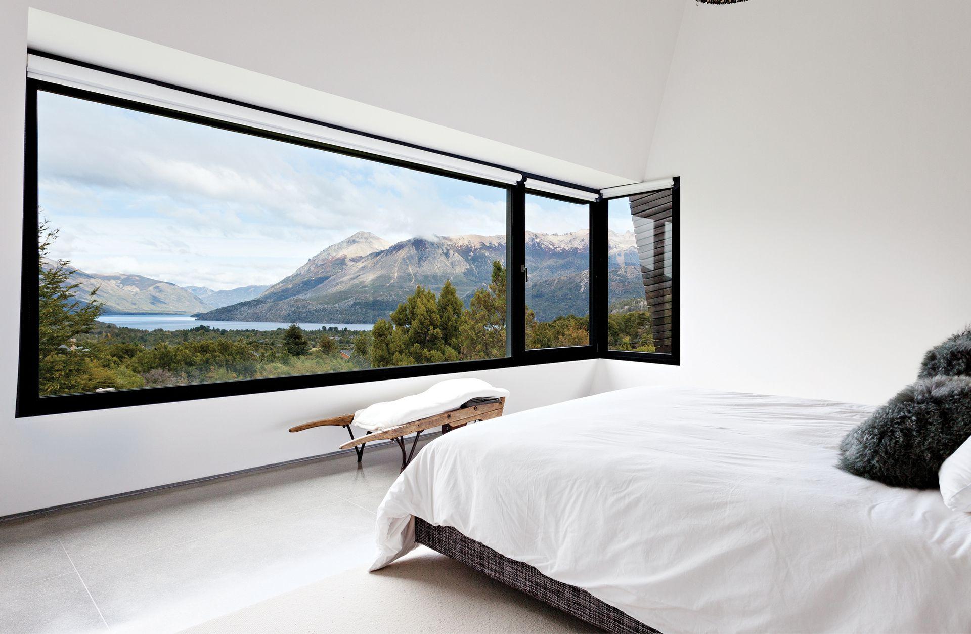 El dormitorio principal cuenta con vistas únicas al Lago Gutiérrez. Toda la ropa de cama fue traída de Estados Unidos.
