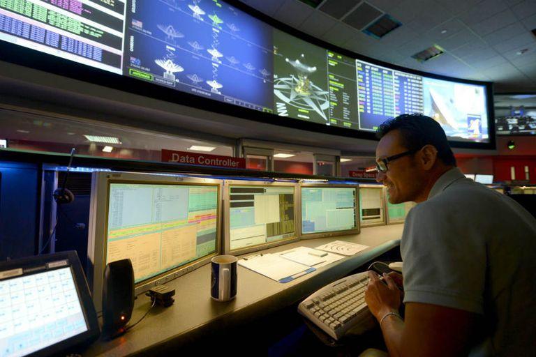 Desde el comando central de la NASA se monitorea al compleja misión