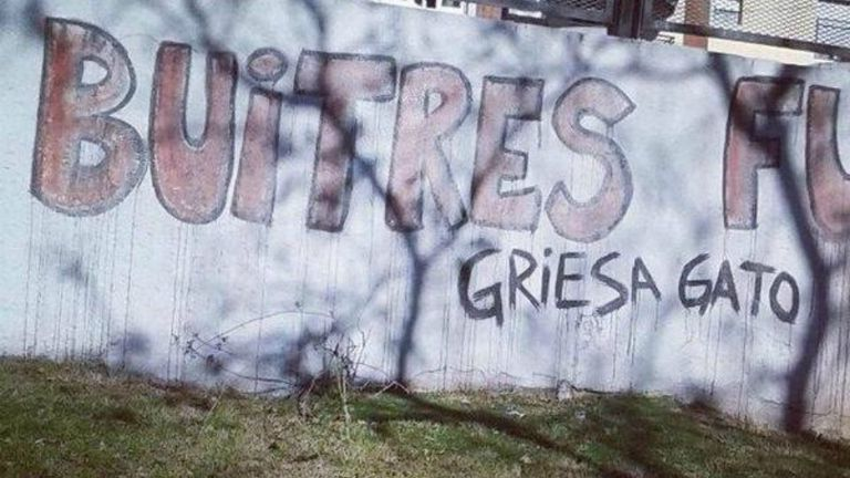 Un graffiti que llama gato al juez de Nueva York Thomas Griesa, quien llevó adelante el juicio entre holdouts y Argentina