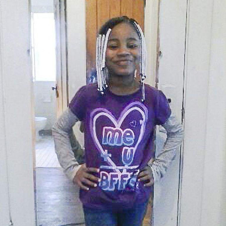 Foto sin fecha suministrada por su familia en la que Amaria Jones posa luciendo ropa con su color preferido, el violeta. Amaria, de 13 años, falleció en el 2020 en su casa al ser alcanzada por una bala perdida mientras le mostraba a su madre un baile que estaba ensayando. (Familia Jones vía AP)