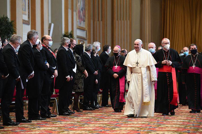 El papa Francisco y el Secretario de Estado del Vaticano, el cardenal italiano Pietro Parolin asisten a una ceremonia para dirigir sus saludos de Año Nuevo a los embajadores de la Santa Sede, en el Vaticano