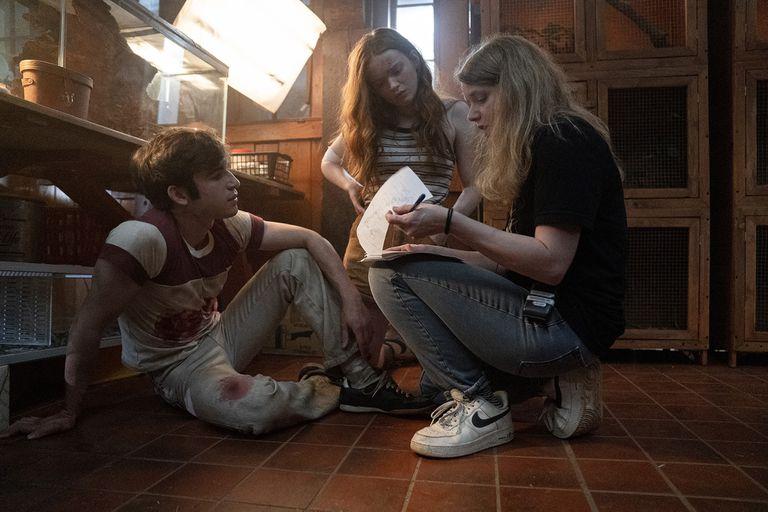 La directora Leigh Janiak junto a los actores Ted Sutherland y Sadie Sink