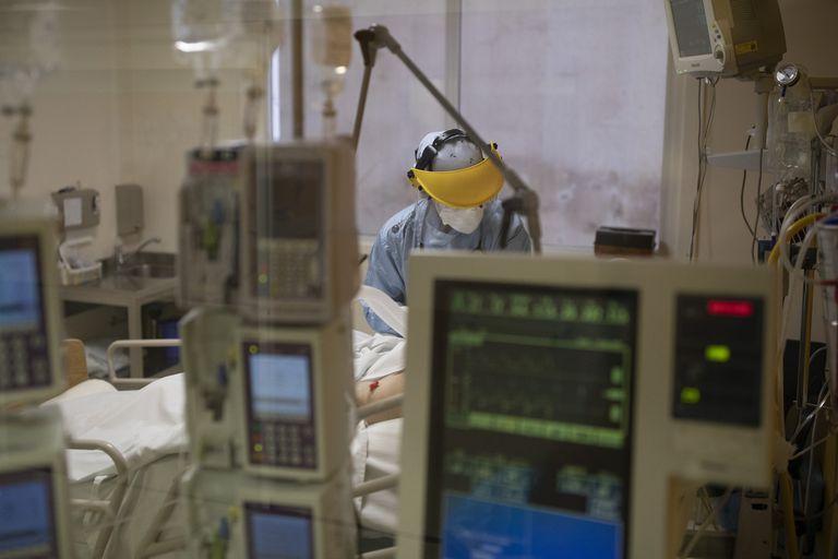 La ocupación de camas de terapia intensiva asciende al 71,4% en el área metropolitana