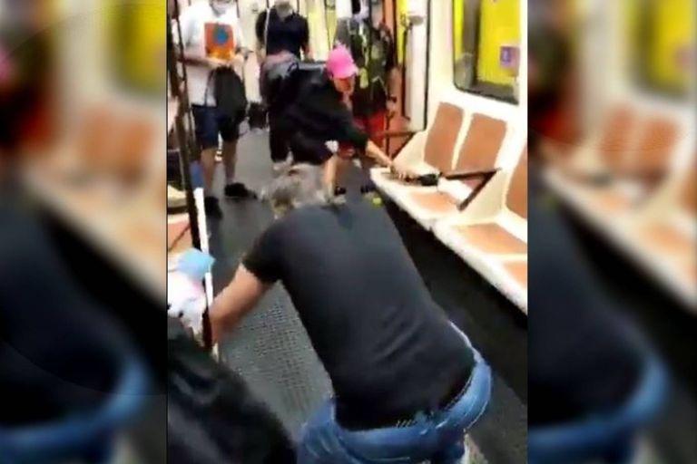 El joven de gorra rosa agredió con un elemento cortante al hombre que se encuentra de espaldas porque este último le habría pedido que se colocara el barbijo